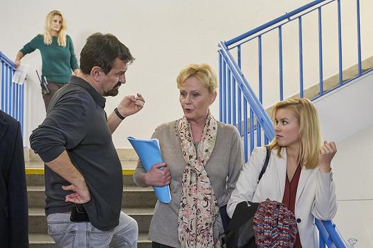 Aktuálně ji diváci mohou vídat v seriálu Ulice jako ředitelku školy (na snímku s herečkou Patricií Solaříkovou a režisérem Stanislavem Sládečkem).
