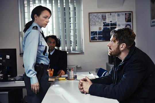 V práci je za přísnou policistku, ve volném čase hraje v country kapele.