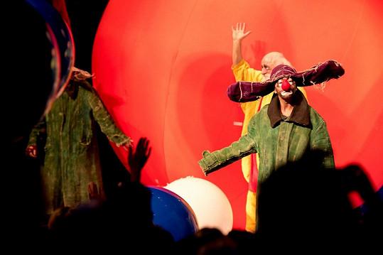 Vanda Hybnerová hraje v klaunské show Snow Show. Ale mezi ostatními klauny ji nepoznáte.