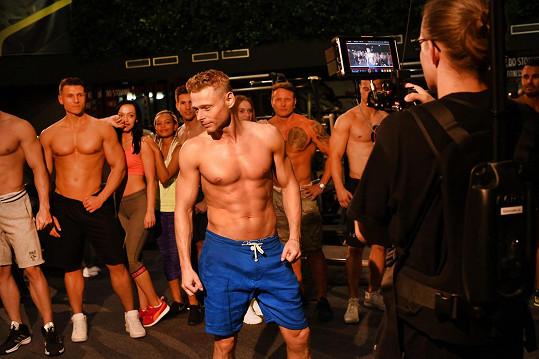 Při natáčení nechyběli svalovci a krásné dívky.