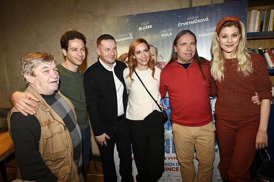 S kolegy Romanem Skamene, Milanem Peroutkou a Kateřinou Klausovou, režisérem Radkem Balašem a kameramanem Jiřím Markvartem na představení filmu pro média