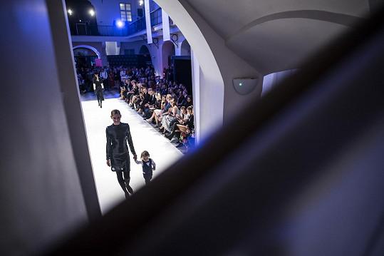 Dvouletý Tadeášek byl hvězdou přehlídky britské módní značky.