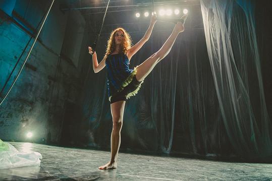 Denisa Nesvačilová předvede ve filmu Miluji tě modře akrobatické kousky.