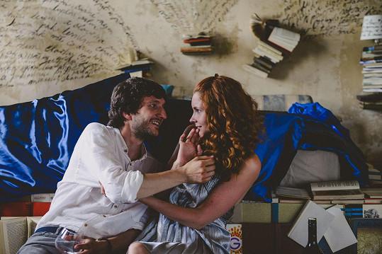 Ve filmu je jejím partnerem Václav Jílek.