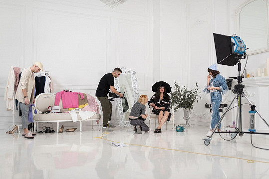 V klipu Ilona vystřídá několik podob i outfitů...