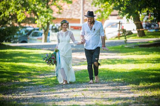 Nevěsta byla klasicky v bílém, Kuba si vzal odrbané džíny a ani neobul boty.