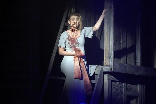 Elis hraje v Krysařovi sestru hlavní hrdinky.
