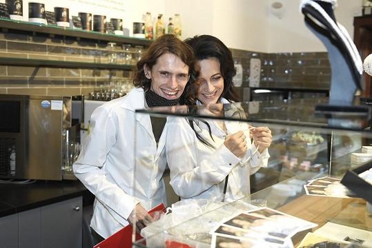 Filip s Lucií v jejím obchodu pro fanoušky