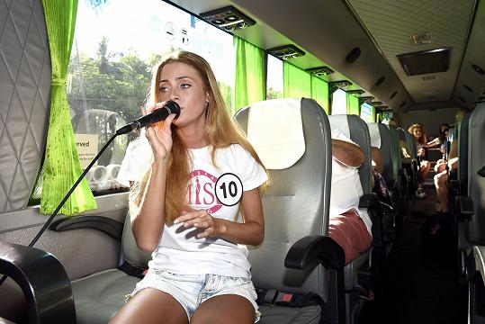 Během soustředění v Thajsku Dominika často baví osazenstvo autobusu svým zpěvem.