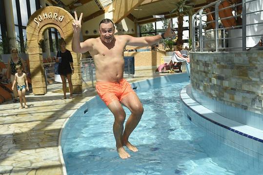V Čestlicích si může skočit i do bazénu, i když má vlastní doma.
