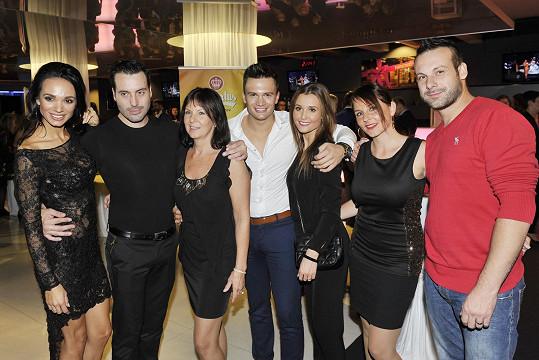Rodinné foto. Zpěvák Vašek Noid Bárta, jeho maminka, švagr Jakub s přítelkyní Martinou, švagrová Martina a bratr Štěpán.