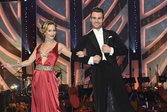 Leoš Mareš vedle ní trsá jako rozený tanečník.