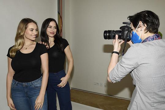 Výtěžek z prodeje triček, která nafotila s Natálií Kočendovou, půjde v jejich prospěch.