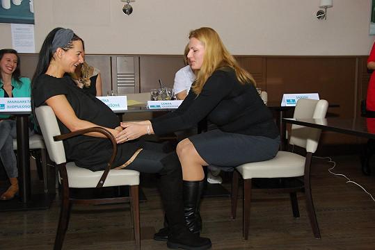 Sandra Nováková si sporodní asistentkou prakticky vyzkoušela dechová cvičení užívaná při kontrakcích.