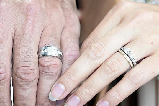 Předvedli snubní prstýnky.