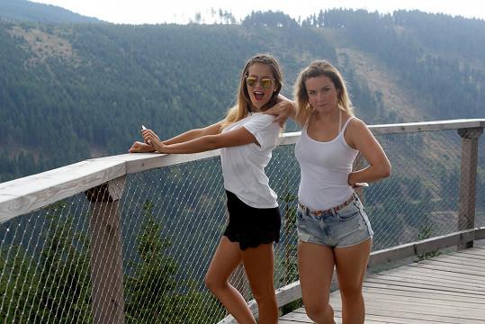 Bezděková je bez přítele, a tak trávila víkendový pobyt v přírodě s kamarádkou Dominikou.