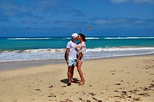 S přítelkyní zavítali také na romantické pláže.