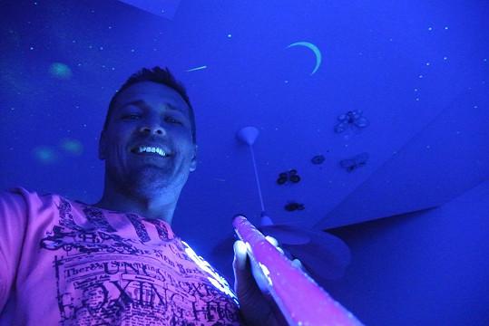 Petr Jákl si v ložnici nechal namalovat noční oblohu.