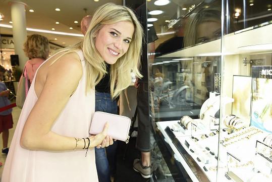 Zatímco se hokejista podepisoval, jeho přítelkyně vybírala šperky z nových kolekcí.