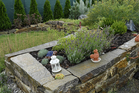 A na ní různá zákoutí vytvořená zahradním architektem.