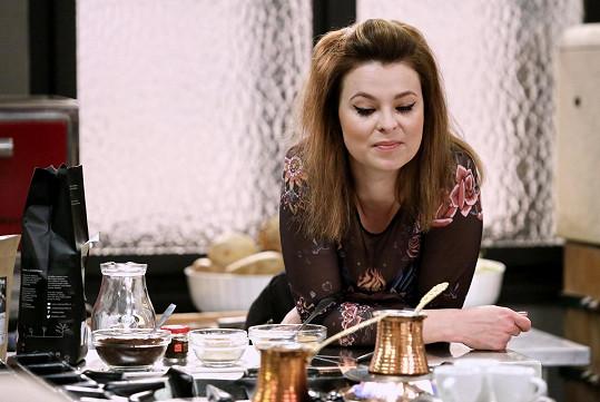 Betka Stanková hraje kuchařku Karolínu.