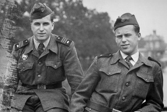Václav Havel (vpravo) jako voják