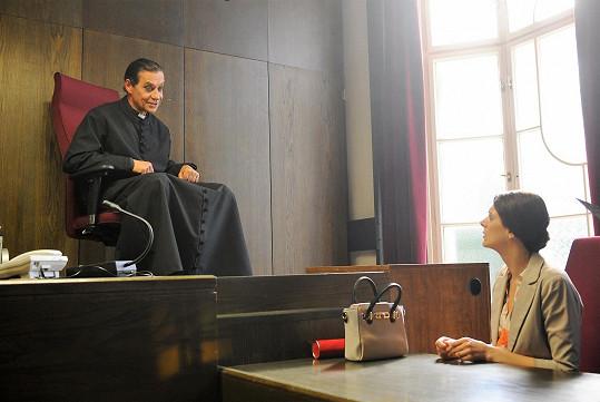 Kláru Issovou v roli Olinky trápí i při rozvodu.