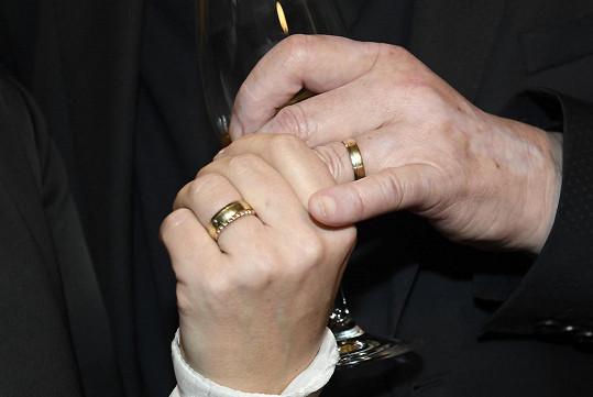 Ukázali nám svoje snubní prstýnky.