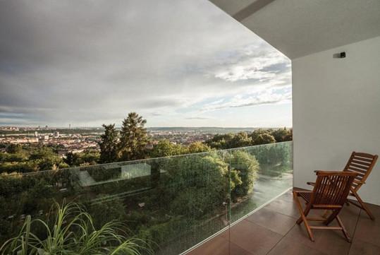 Součástí bytu je i lodžie s krásným výhledem na Prahu.