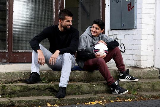 Fotbalista Milan Baroš s romským chlapcem