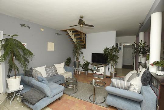 Ve velkém přízemním prostoru se nachází obývák s pohodlnou sedačkou.