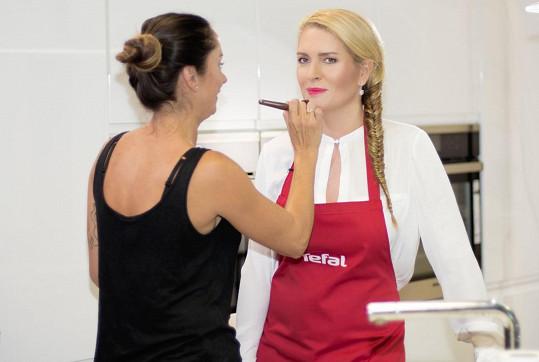 Během natáčení kulinářského videa se o její vizáž postarala maskérka.