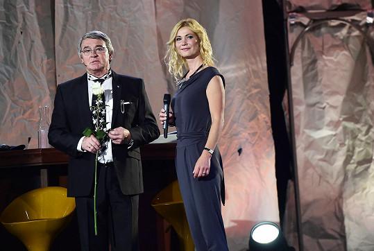 Vlastimil Harapes a jeho filmová dcera Sylva Kamenická se potkali na jevišti Státní opery na oslavě narozenin.