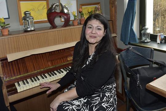 Athina Langoská se živí jako muzikálová zpěvačka.