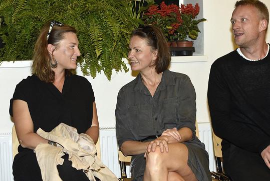 Klára Melíšková v družném hovoru s Lenkou Krobotovou. Po pravé straně její přítel Viktor Tauš.