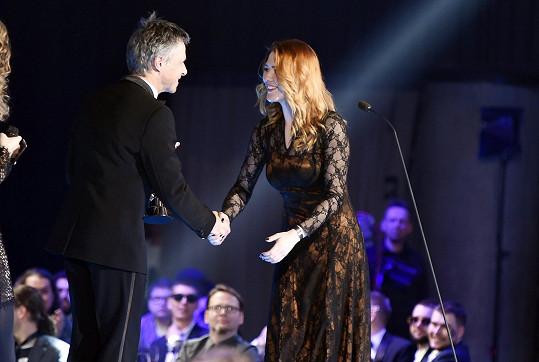 Cenu jí předával Janek Ledecký.