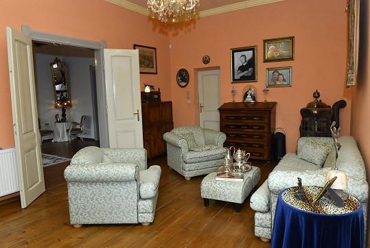 Když začali hvězdárnu rekonstruovat, bydleli v této místnosti ve stanu.