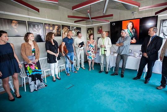 Vernisáž snímků pro novoměstský festival Hrnec smíchu v designovém hotelu Rajská zahrada