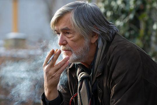 Samozřejmě nemohl hrát bez nezbytné cigarety, která je vpravena i do děje.