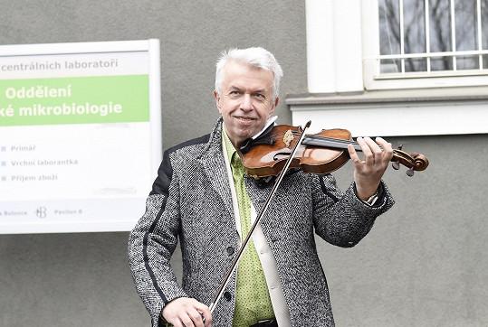 Jaroslav Svěcený hrál v prostorách Nemocnice Bulovka.