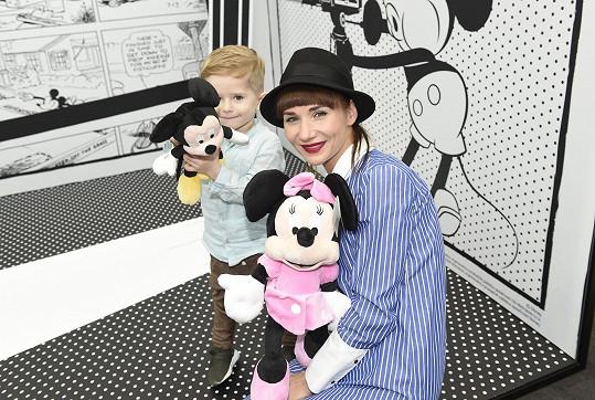 Sandra vyrazila se synem na výstavu k oslavám devadesátých narozenin Mickey Mouse, která se konala v obchodním centru na Zličíně.