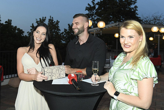 Andrea Pomeje s přítelem Petrem se dobře bavili s Elis Ochmanovou.