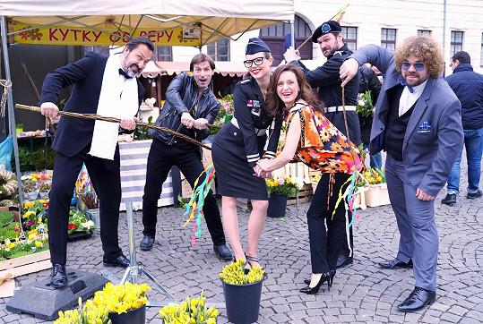 Markéta Poulíčková a Dita Hořínková se pak nechaly od kolegů dobrovolně vyšlehat.