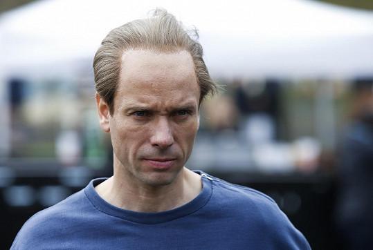 Václavu Neužilovi, který ho hraje, vyrobili maskéři Zátopkovo vysoké čelo a ustupujícími vlasy.