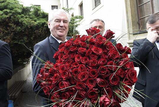 Od prezidenta Miloše Zemana dostala sto růží.