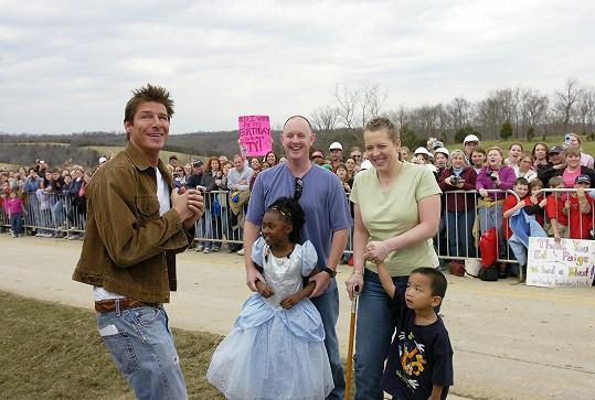 Hlavní hvězda originálu Ty Pennington (vlevo)
