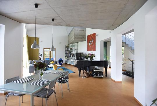 Pohled přes jídelní stůl na obývací pokoj.