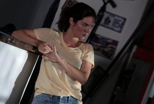 Představitelka Denisy z Ohnivého kuřete v thrilleru Poslouchej.