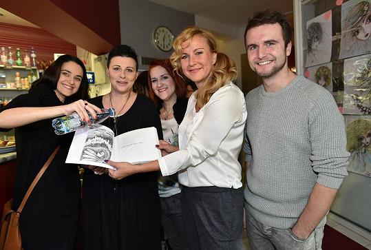 Ivě Lecké křtili knihu ještě Libuška Vojtková a Jake Hübner.