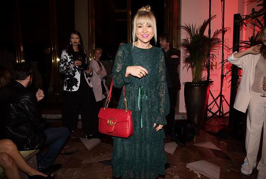 Na přehlídce Zuzany Kubíčkové byla ale opět za dámu v lahvově zelených šatech Lindex, které doplnila svou vintage Gucci kabelkou vhodně kontrastující s šaty.